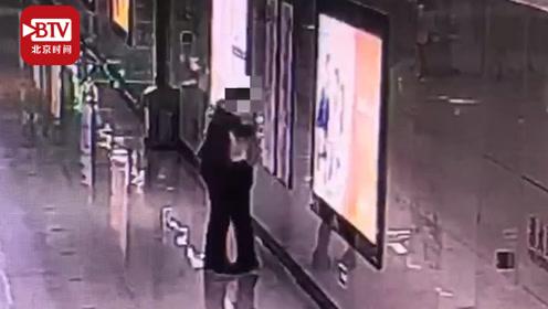 女子因工作压力大地铁内突然泪崩 一个陌生的拥抱给了她力量