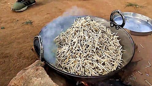 老外把火柴放到锅里面炒,场面是什么样的?画面不忍直视!