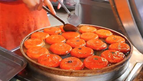 街边一女子卖西安名小吃,纯手工制作卖2.5元一个美味又便宜