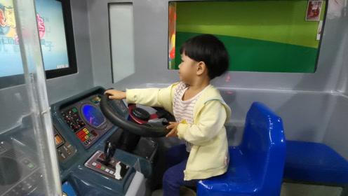 看看宝宝这驾驶技术,手握方向盘的架势,觉得自己是老司机!