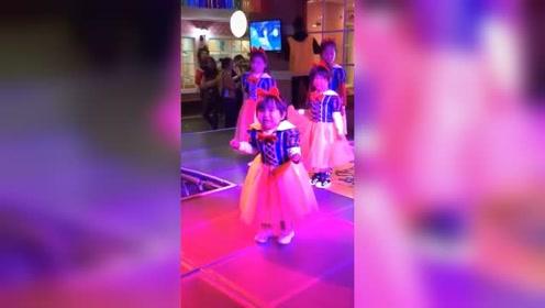 女童舞台上紧张到缩手缩脚失声哭喊:妈妈,我好害怕!