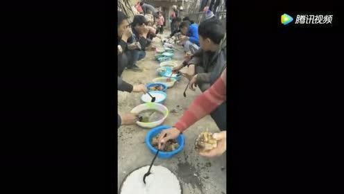 这个村庄的村民都是这样吃饭的 无法理解!
