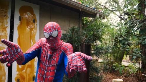 小伙痴迷蜘蛛侠,木板上涂胶水体验蜘蛛爬墙,结果很悲剧!