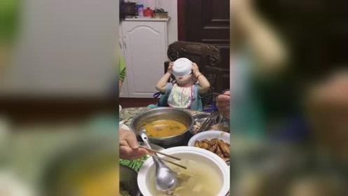 孩童吃饭将碗盖脸上 狼吞虎咽粘得满脸都是