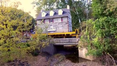 看看老外的搬家方式,整栋别墅用货车拉走,简直太霸气了!