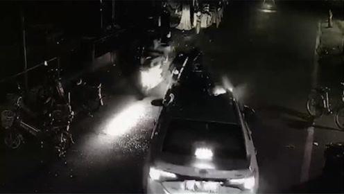 车头断裂!佛山一摩托与变道轿车迎面相撞 驾驶员被撞飞