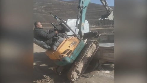 这辆挖机挺厉害的,能爬上这么高的车,还是从侧面上的车