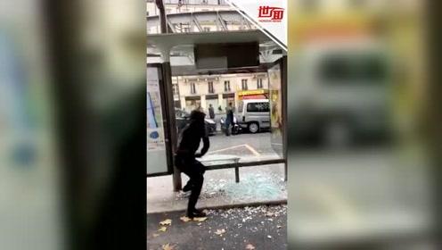 """来自车站的反击!巴黎抗议者狂砸车站玻璃 玻璃""""纹丝不动""""笑翻路人"""