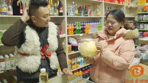 短剧:美女超市买东西砍价,谁料老板聪明反被聪明误,太逗了