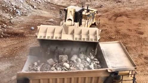 大型装载机装车,三挖斗就是一车,效率不比挖掘机差