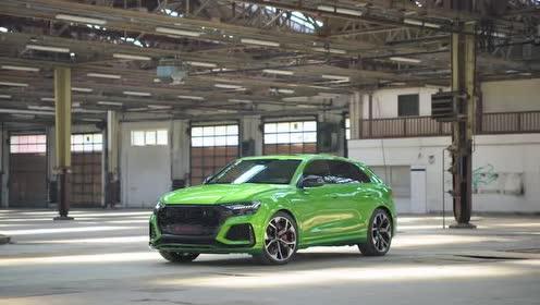 奥迪RS Q8的绿色车身很动感,也很独特