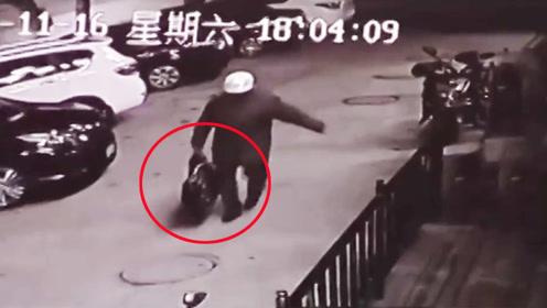 青岛3岁男孩被遗弃路边 路人冷漠举动令人愤怒