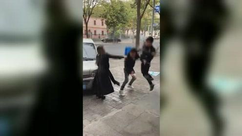 疑因停车起冲突!一名男子遭一对夫妻街头疯狂殴打