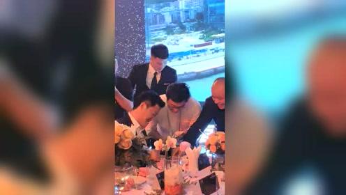 吴京上线营业:为热情男粉丝签名,根本停不下来!