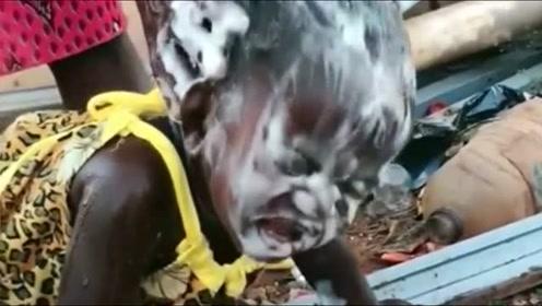 非洲小孩洗头是一件很痛苦的事情,感觉我能生在中国太幸福了!