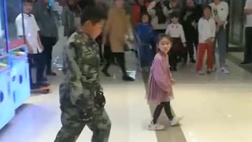 小孩跳起八十年代经典霹雳舞!这也太帅了!小小年纪真厉害