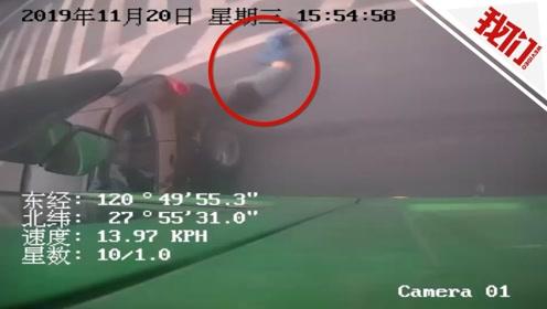 惊险!宝马与货车碰撞后被推出20多米 驾驶员爬到副驾驶位跳车逃生