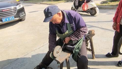 磨剪子,锵菜刀,这样的老手艺人不多见了,一会赚100多羡慕
