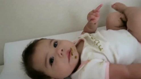 妈妈看看宝宝醒了没,没想到瞬间被眼前一幕吓崩溃,这娃不能要了