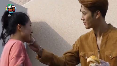 王嘉尔喂女粉吃菠萝包,还细心帮她擦嘴,男友力爆棚