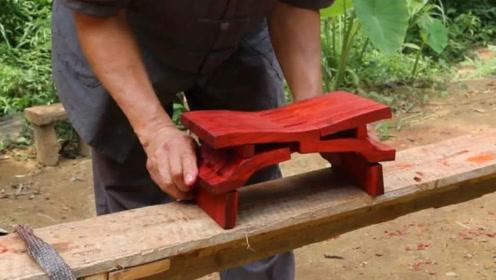 中国60岁老大爷火了!他制作的鲁班凳,老外看了都得竖起大拇指!