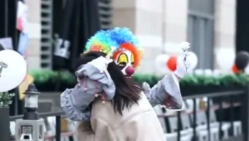 有多少人像小丑一样顶着微笑的假面生活?有人愿意抱抱你吗?