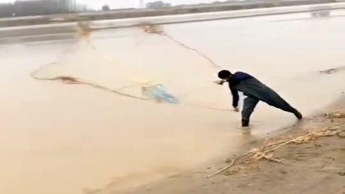 偶遇黄河打鱼翁,太罕见了。