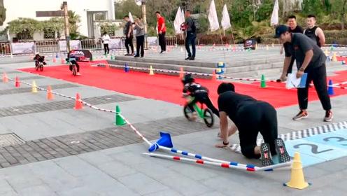 幼儿园组织亲子活动,宝爸不慎摔倒,男孩的动作太暖心了!