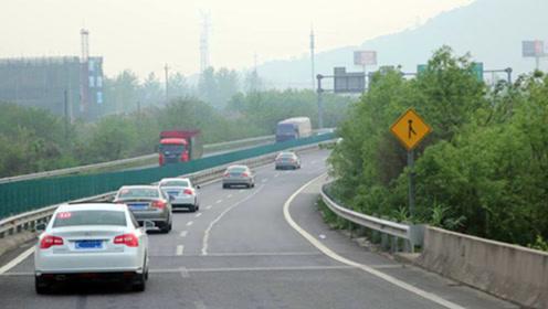 高速交警提醒司机,雾天在高速路上行车要注意以下几点
