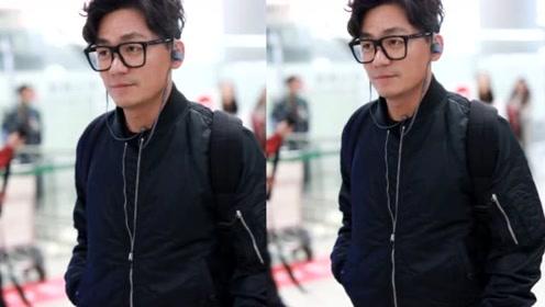 王宝强戴黑色无镜片眼镜文艺范 戴耳机更添魅力值
