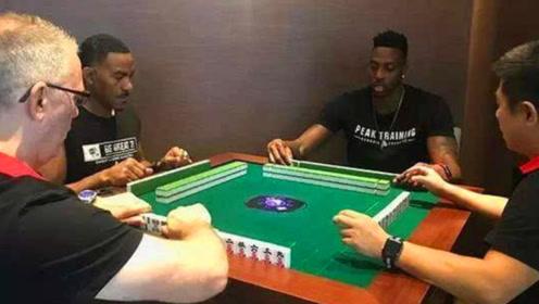 """这个游戏真好玩!NBA球星更衣室内打麻将,用中文大喊""""胡了"""""""