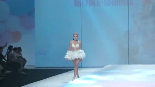 这毛茸茸的白裙,像天鹅一样,高贵优雅