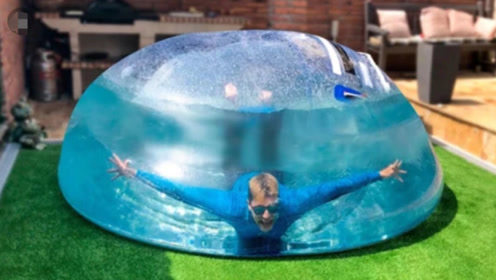 小伙将巨型气球灌满水,钻入里面潜水24小时,结果肠子悔青了!