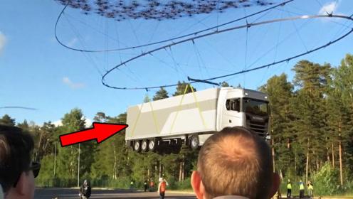 """40吨的卡车在""""天上飞""""!2000架无人机同时起吊,场面难得一见"""