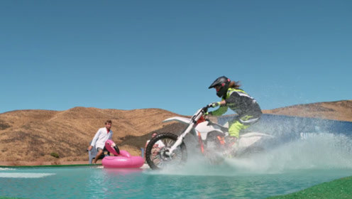 摩托车能在水上飞驰?专业摩托车手现场演示,没想到真的可以!超酷