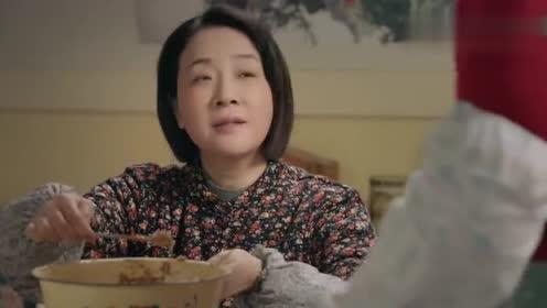 姥姥的饺子馆:一家人在家包饺子,包好拿窗帘冻上,天冷省冰箱