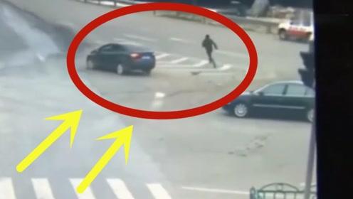 作死小轿车闯红灯左转,不料对面驶来一辆大货车,这一幕让路人怀疑人生!