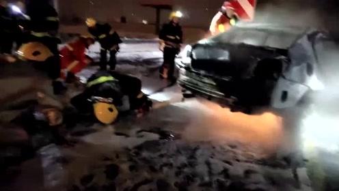 """轿车撞护栏起火 消防员冻成""""冰甲战士"""""""