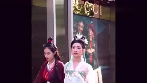 街拍:偶遇两个穿汉服的小姐姐,各有各的气质