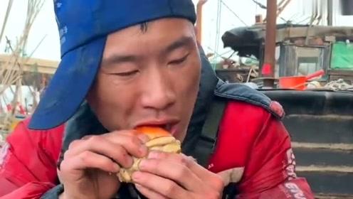 渔民大哥在船上吃扇贝肉,里面的肉非常肥,网友:一口吃掉可真爽