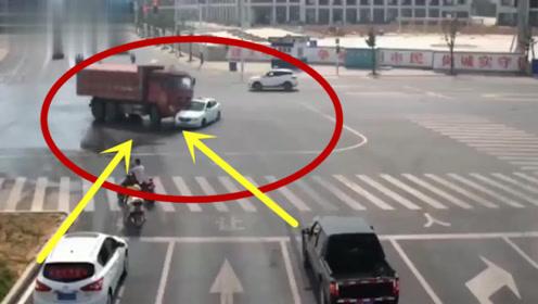 马路上的巅峰对决,小轿车Pk大货车,结果太出乎预料!