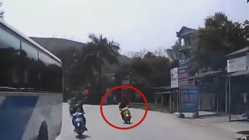 摩托车男子弯道玩超车,直接把性命送给别人,后悔也没用