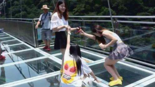 """美女蜂拥打卡的玻璃桥,怎么成了""""偷窥桥""""?男游客:不敢看玻璃"""