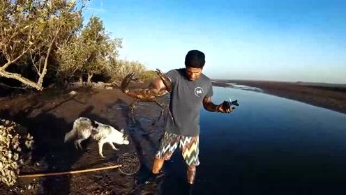 带着爱犬去河边抓鱼,没想到收获这么大!