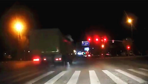 太疯狂了!三辆大货车组团闯红灯 交警:正在核实处理