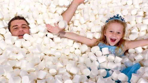 用棉花糖组成的海洋,女孩和爸爸在里面游泳,发现了好多糖糖!