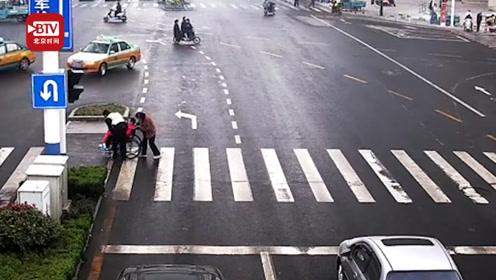 赞!残疾人过马路受阻 这名交警的举动温暖了这个冬天