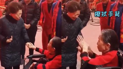 """73岁""""丑娘""""张少华坐轮椅现身与友人热聊,亲吻友人手背后连忙擦拭"""