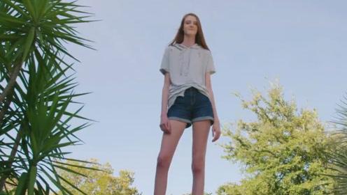 光腿就有1.5米的女子,身高达到了2.4米,人群中鹤立鸡群的存在