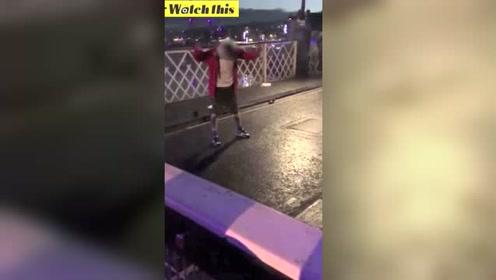 男子对着警察叫嚣 下一秒就悲剧了